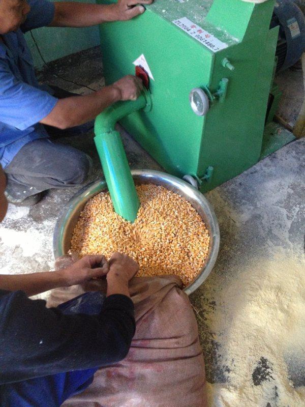供应眉山市立式高速饲料搅拌机粉碎机、高产量饲料粉碎机