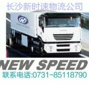 大型运输车和市内小型提货车的物流图片